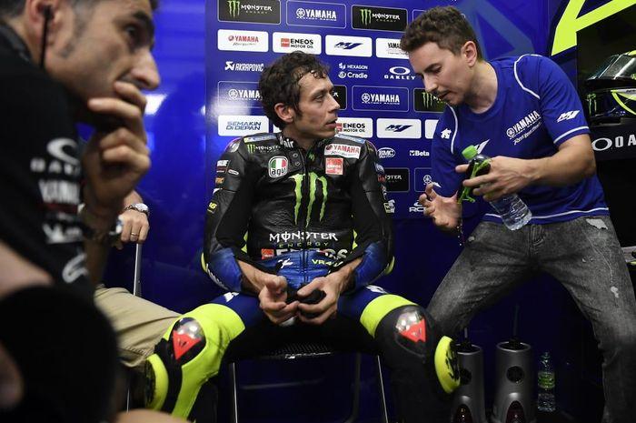 Valentino Rossi dan Jorge Lorenzo digosipkan ke Petronas Yamaha SRT di MotoGP 2021