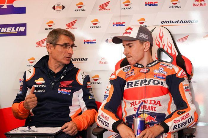 Jorge Lorenzo saat berdiskusi dengan kru Repsol Honda pada sesi kualifikasi MotoGP Italia 2019.