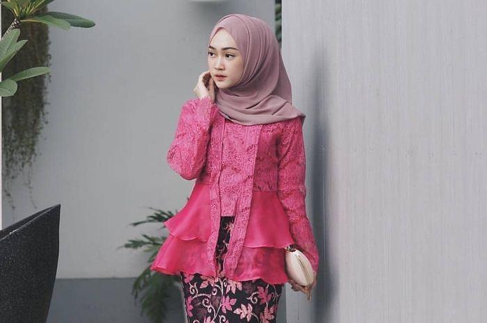 Anggun Pakai 5 Model Kebaya Hijab Brokat Pink Merah Ini Saat