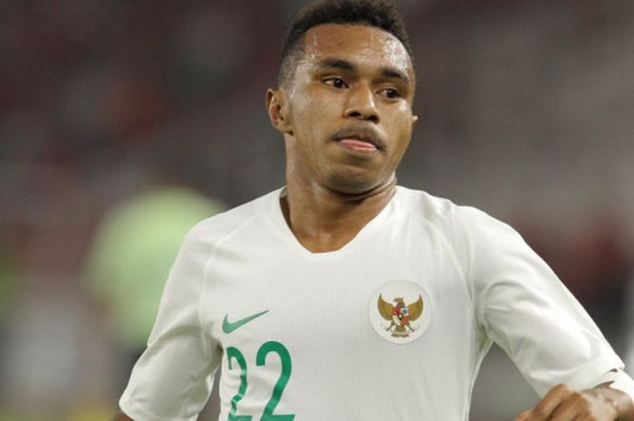 Pemain timnas U-19 Indonesia, Todd Rivaldo Ferre, beraksi pada laga fase grup Piala Asia U-19 2018