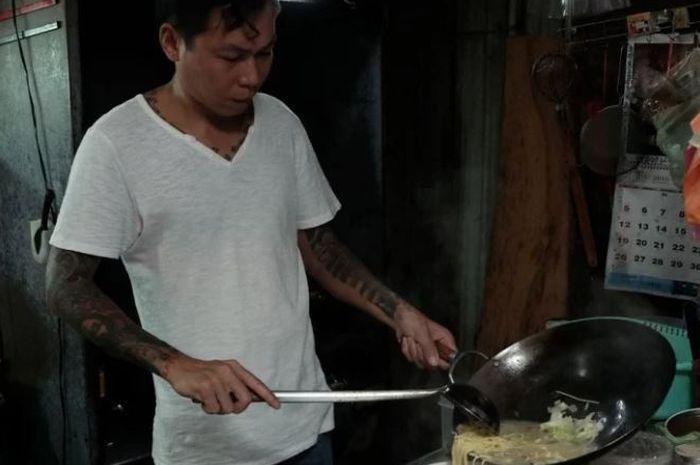 Yen mantan gangster yang bertaubat dengan memberikan mie gratsi tiap bulannya.