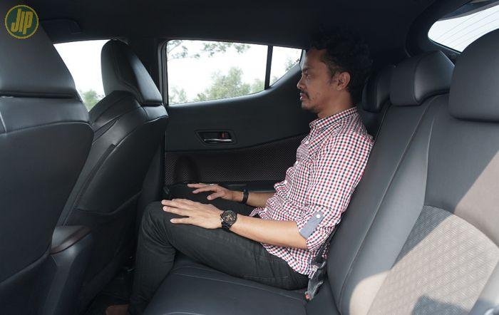 Akomodasi penumpang baris kedua lumayan lega untuk postur 168 cm