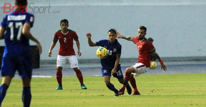 Thailand, Chanathip Songkrasin, berduel dengan pemain timnas Indonesia, Stefano Lilipaly, pada laga perdana Piala AFF 2016, di Philippine Sports Stadium, Bocaue, Bulacan, Filipina, pada Sabtu (19/11/2016).