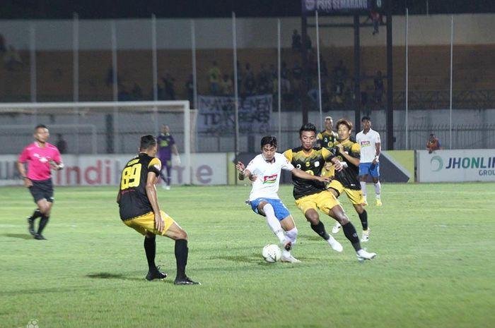 Pemain PSIS Semarang, Septian David Maulana, dikawal ketat gelandang Barito Putera, Bayu Pradana, saat laga pekan ke-24 Liga 1 2019.