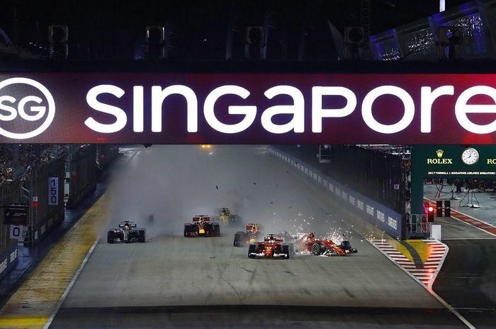 Suasana balapan malam pada F1 GP Singapura 2018 di Sirkuit Jalan Raya Marina Bay.