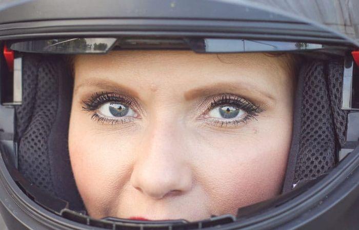 Ilustrasi riasan wajah saat naik motor