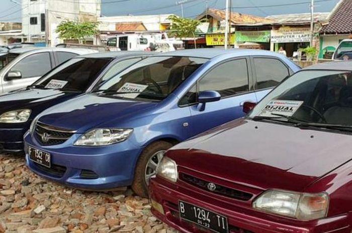 Deretan mobil bekas di kolong tol Becakayu dari pantauan, (11/2/19)
