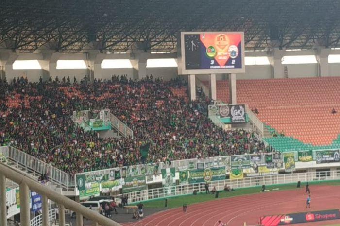 Pendukung Tira Persikabo, Kabomania di tribune utara Stadion Pakansari, menyambut kehadiran suporter Persija Jakarta, Selasa (16/7/2019).