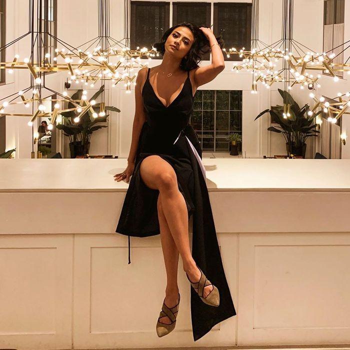 Tampilan terbaru Vanessa Angel dengan dress terbuka (instagram.com/vanessaangelofficial)