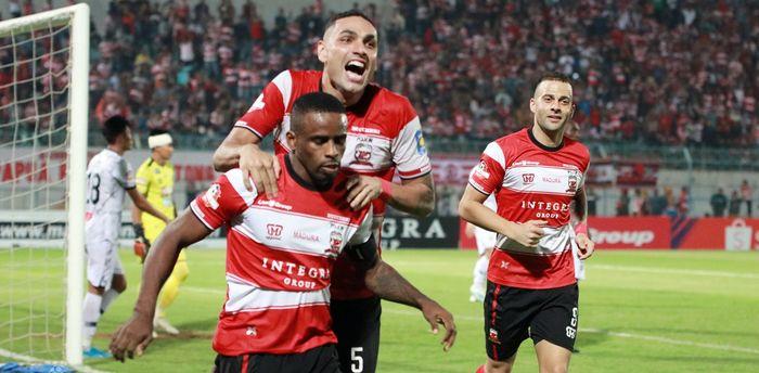Para pemain Madura United merayakan gol Greg Nwokolo ke gawang PS Tira Persikabo di Stadion Gelora Bangkalan, Rabu (30/10/2019).