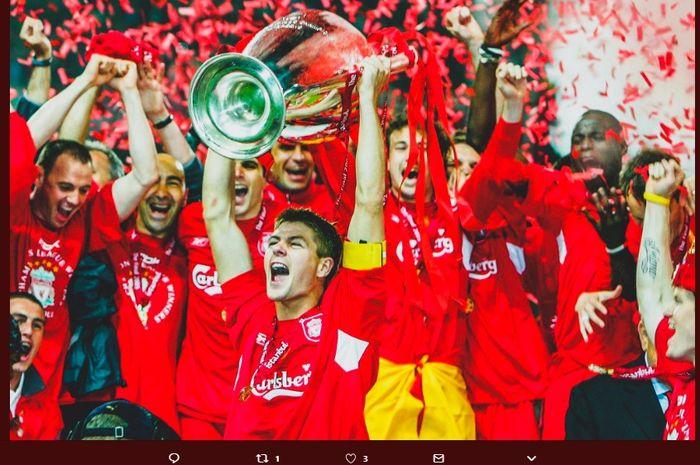 Kapten Liverpool, Steven Gerrard, mengangkat trofi Liga Champions 2004-2005 setelah berhasil mengalahkan AC Milan.