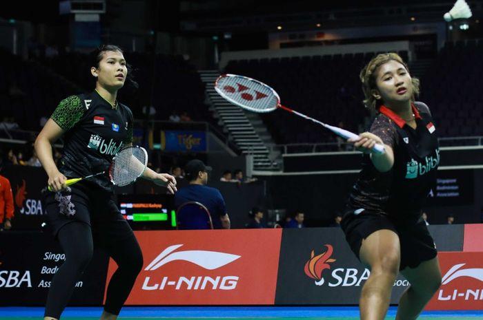 Pasangan ganda putri Indonesia, Yulfira Barkah/Jauza Fadhila Sugiarto, tampil pada babak 16 Besar Singapore Open 2019 di Singapore Indoor Stadium, Singapura, Kamis (11/4/2019).
