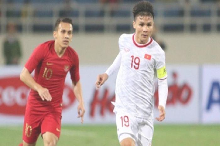 Striker Timnas U-23 Indonesia Egy Maulana Vikri tampak keteteran mengejar kaptan Timnas U-23 Vietnam Nguyen Quang Hai dalam duel Grup K Kualifikasi Piala Asia U-23 2020 di Stadion Nasional My Dinh, Hanoi, Vietnam, Minggu (24/3/2019) malam WIB.