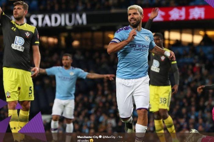 Striker Manchester City, Sergio Aguero, merayakan golnya ke gawang Southampton dalam partai di Etihad Stadium, Selasa (29/10/2019).