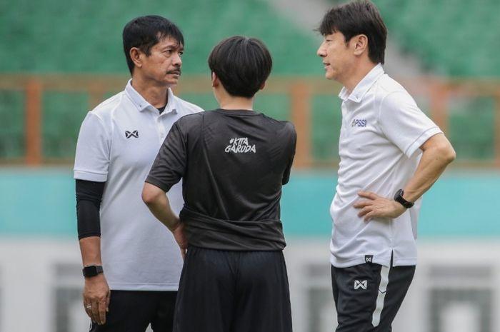 Indra Sjafri (kiri) dan Shin Tae-yong (kanan)