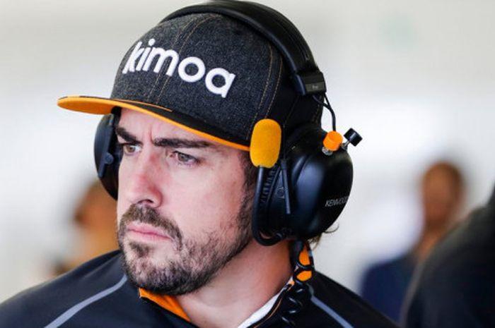 Fernando Alonso saat berada di paddock tim McLaren dalam sebuah sesi F1 GP Brasil 2018.