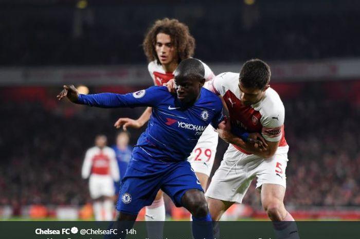 Gelandang Chelsea, N'Golo Kante, berebut bola dengan bek Arsenal, Sokratis Papastathopoulos.