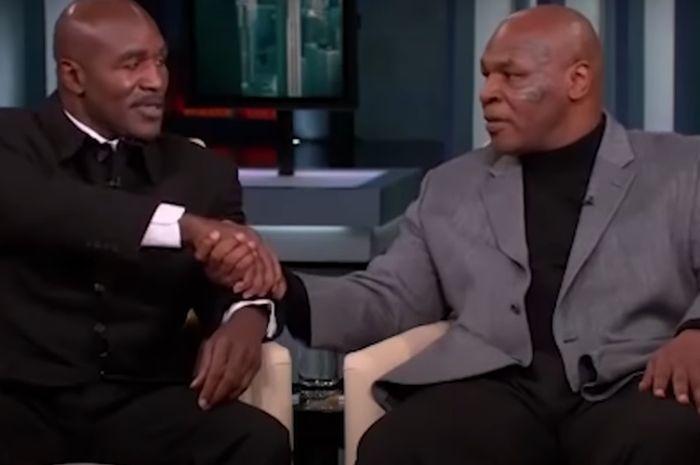 Evander Holyfield (kiri) dan Mike Tyson (kanan) berdamai ketika menjadi bintang tamu dalam acara Oprah Wiinfrey Show pada Oktober 2009.