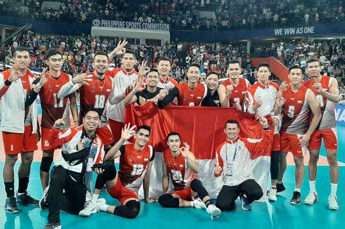 Tim voli putra Indonesia berpose di Philsports Arena, Metro Manila, Filipina, setelah mendapat medali emas pada Selasa, (10/12/2019).