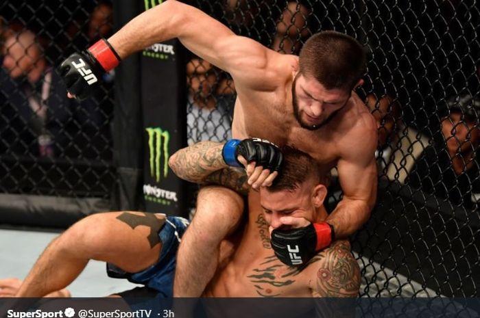 Aksi Khabib Nurmagomedov saat menghadapi Dustin Poirier pada ajang UFC 242 di The Arena, Abu Dhabi, Uni Emirat Arab, (7/9/2019)