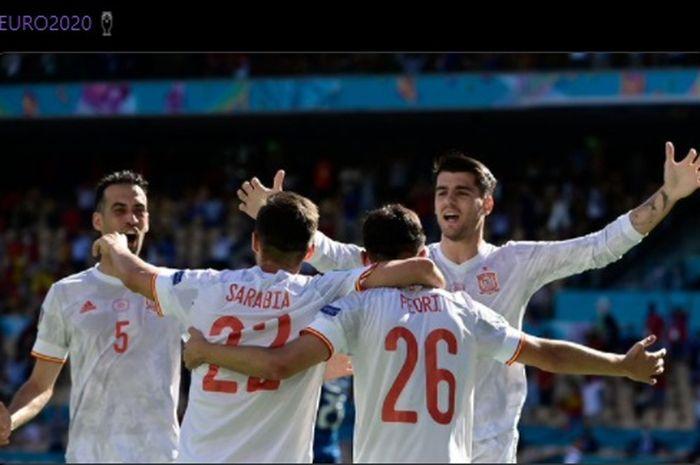 Para pemain timnas Spanyol merayakan gol ketiga La Furia Roja yang dicetak oleh Pablo Sarabia