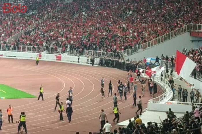 Oknum suporter masuk ke lapangan berusaha menyerang suporter timnas Malaysia, di Stadion Utama Gelora Bung Karno (SUGBK), 5 September 2019.