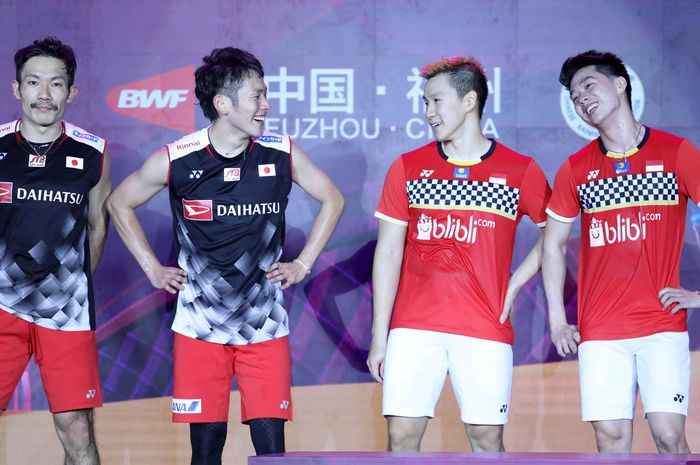 (ka-ki) Kevin Sanjaya Sukamuljo/Marcus Fernaldi Gideon bersama Takeshi Kamura/Keigo Sonoda (Jepang) sesaat sebelum naik podium Fuzhou China Open 2019, di Haixia Olympic Sports Center, Fuzhou, China, Minggu (10/11/2019).