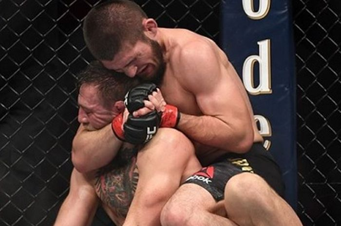 Khabib Nurmagomedov menduga Conor McGregor bermain curang hingga suap wasit dalam UFC 229.