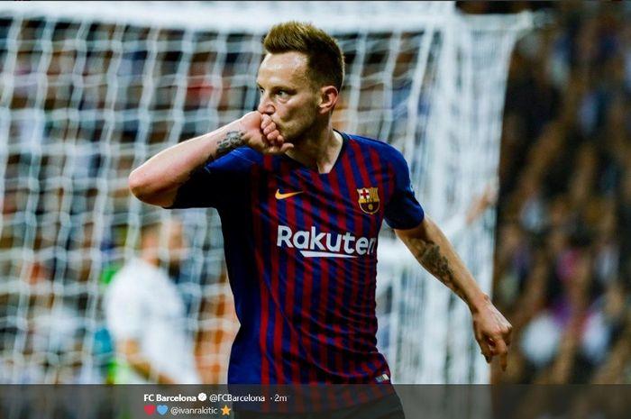 Gelandang Barcelona, Ivan Rakitic, melakukan selebrasi seusai menjebol gawang Real Madrid dalam partai Liga Spanyol di Estadio Santiago Bernabeu, Sabtu (2/3/2019)