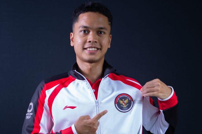 Pebulu tangkis tunggal putra Indonesia, Anthony Sinisuka Ginting berpose dengan jersey kontingen untuk Olimpiade Tokyo 2020.