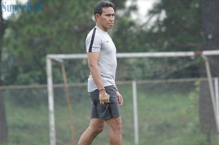 Pelatih Timnas U-16 Indonesia Bima Sakti mengamati latihan pasukannya di National Youth Training Center (NYTC), Sawangan, Depok, Jawa Barat, Senin (13/5/2019), untuk Piala AFF U-16 2019.