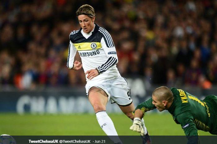 Fernando Torres saat masih bermain di Chelsea, sedang menghindari terjangan eks kiper FC Barcelona, Victor Valdes.
