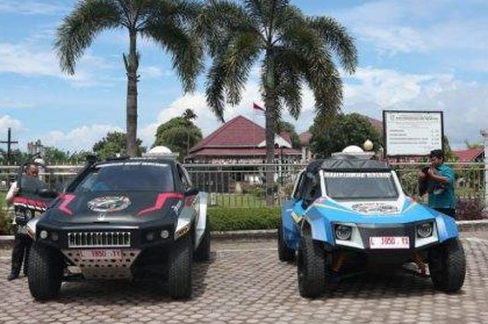 Mobil listrik Blits (kanan) dan mobil hybrid Kasuari.