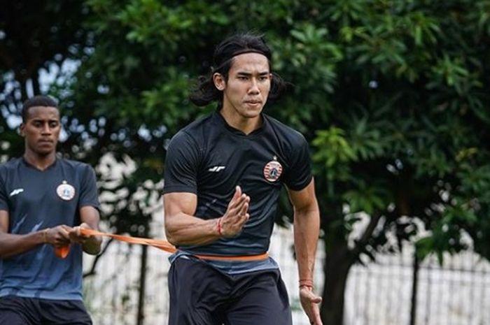 Terlihat pemain muda asal Brasil, Diogo Santos, tengah ikut berlatih dengan Ryuji Utomo dalam latihan Persija Jakarta