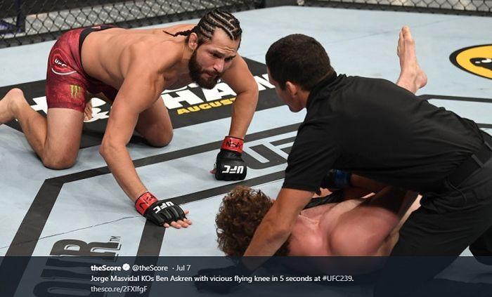 Momen saat Ben Askren (tengah) dikanvaskan oleh Jorge Masvidal (kiri) dalam duel UFC 239 yang digelar Sabtu (6/7/2019) malam WIB