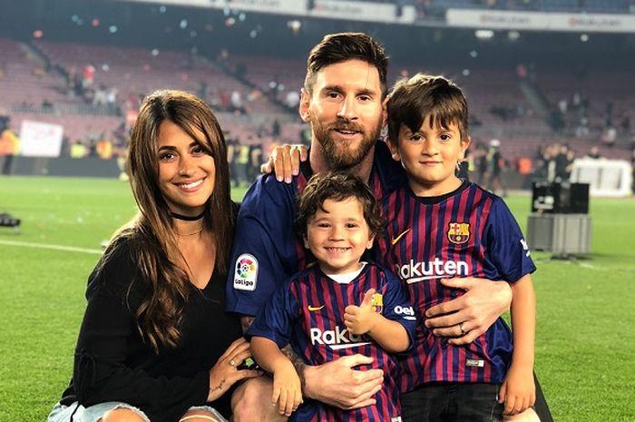 Lionel Messi menikah dengan teman masa kecilnya, Antonella Roccuzzo, dan dikaruniai 2 orang anak