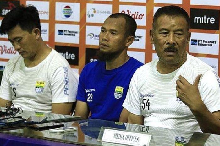 Manajer Persib Bandung Umuh Muchtar (kanan) berbicara dalam konferensi pers usai melawan Persipura Jayapura di Stadion Gelora Delta, Sidoarjo, Senin (23/9/2019) sore WIB. Umuh Muchtar didampingi kapten Supardi Nasir dan pelatih fisik Yaya Sunarya.