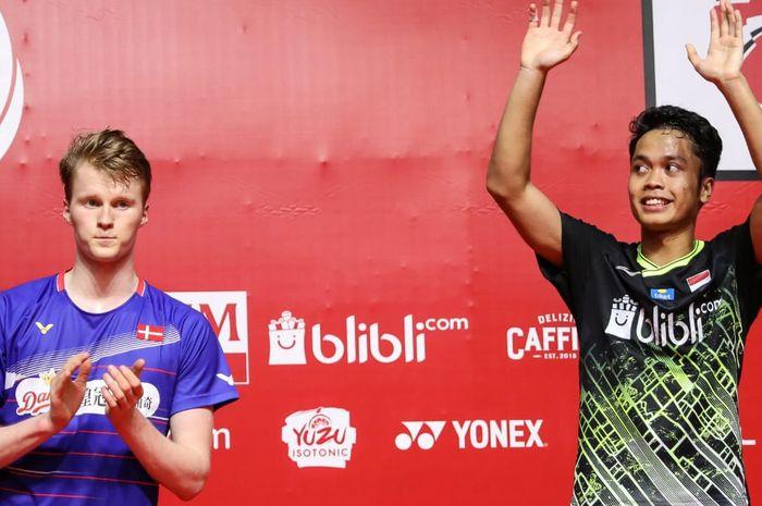 Pebulu tangkis tunggal putra Denmark, Anders Antonsen (kiri) di podium setelah dikalahkan Anthony Sinisuka Ginting pada final Indonesia Masters 2020 yang digelar di Istora Senayan, Jakarta, Minggu (19/1/2020).