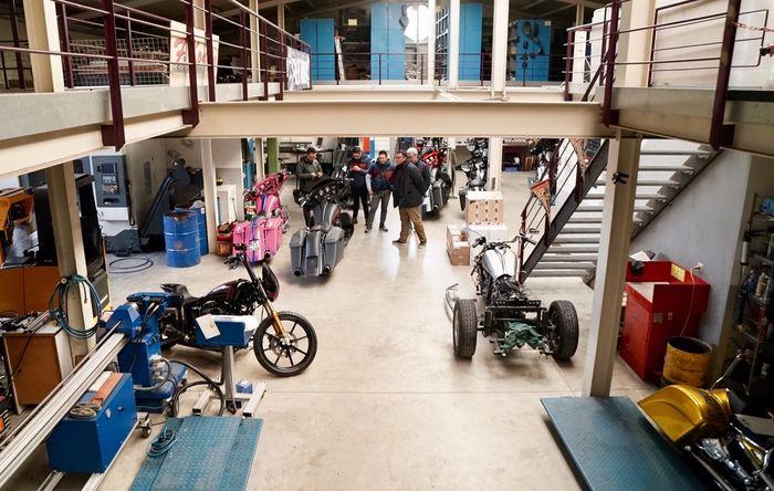 Workshop Fred Kodlin Motorcycles bersih dengan peralatan lengkap