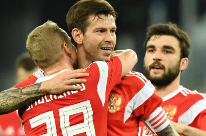 Selebrasi striker Rusia, Fedor Smolov (tengah), saat merayakan salah satu gol yang ia cetak ke gawan