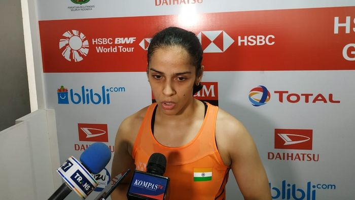 Pebulu tangkis tunggal putri India, Saina Nehwal, diwawancarai para awak media usai laga final Indonesia Master.
