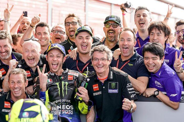 Valentino Rossi bersama kru tim MotoGP saat meryakan podium kedua di MotoGP Amerika Serikat 2019. Buat Valentino Rossi kru tim MotoGP sudah seperti keluarga sendiri