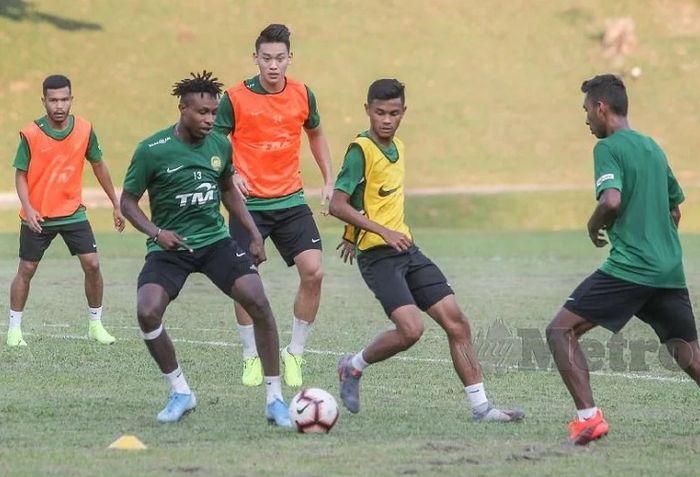 Mohamadou Sumareh (kedua dari kiri) berlatih gigih bersama rekan-rekannya di Timnas Malaysia menjelang duel kontra Timnas Indonesia.