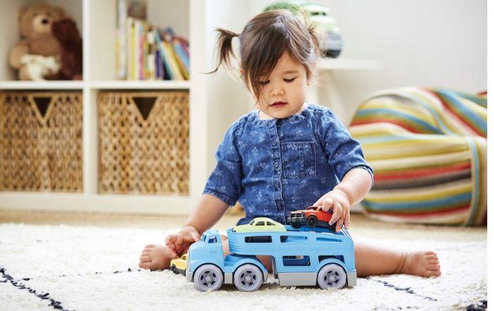 Ilustrasi, seorang anak bermain mobil mainan