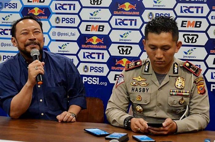 Budhi Bram Rachman (kiri), general coordinator pertandingan kandang Persib Bandung, siap menjamu Bhayangkara FC di Stadion Si Jalak Harupat, Kabupaten Bandung.