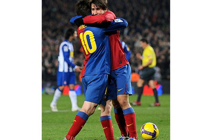 Bojan Krkic memeluk Lionel Messi kala masih bermain untuk Barcelona