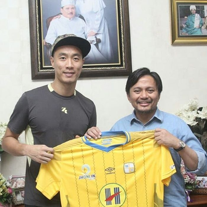 Yoo Jae-hoon saat menandatangani kontrak dengan Manajer Barito Putera, Hasnuryadi, pada Jumat (8/2/2019).