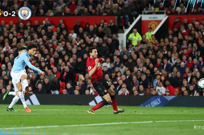 Pemain Manchester City, Leroy Sane, melepas tembakan yang berbuah gol kedua Manchester City ke gawang Man United pada Derbi Manchester, Kamis (25/4/2019) dini hari WIB.