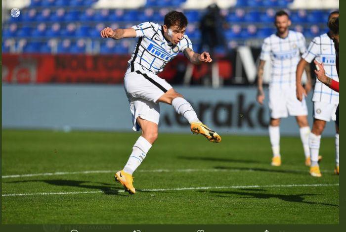 Nicolo Barella mencetak gol Inter Milan ke gawang Cagliari dalam laga Liga Italia, 13 Desember 2020.