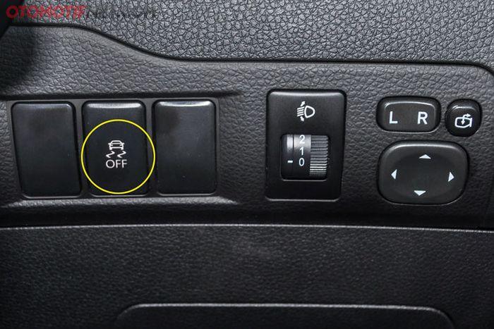 Butuh berkendara agresif? Silahkan matikan fitur stability control yang ada di sisi kanan dasbor